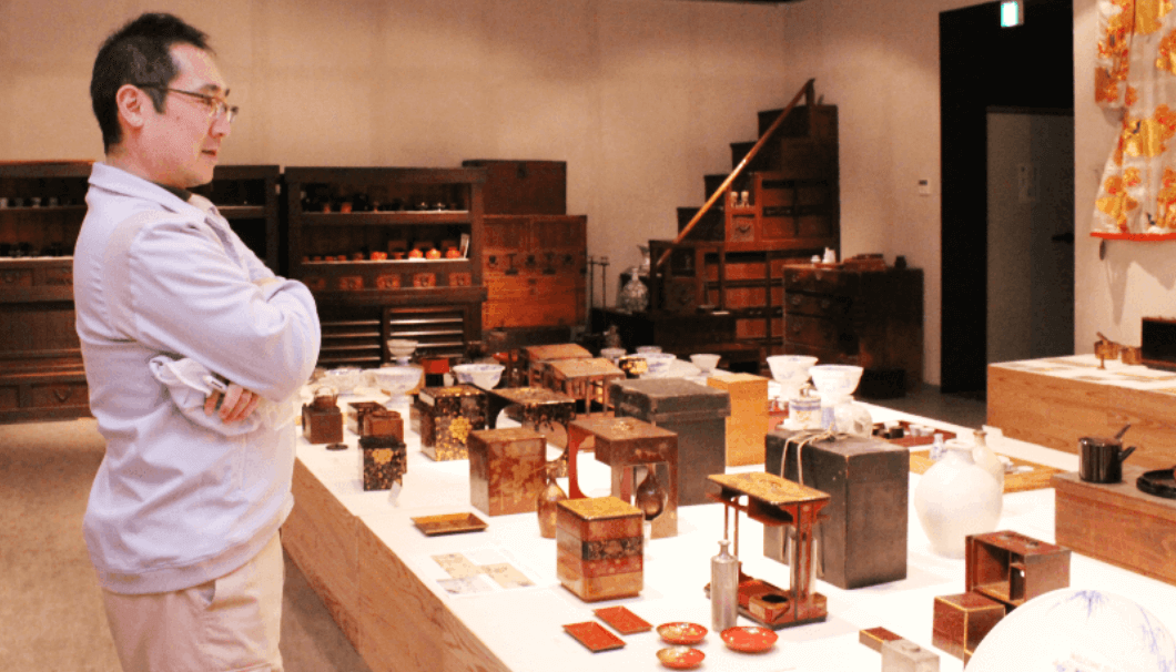Shunsuke Miyao looking at the historical materials of the KIKUSUI Institute for Culture of Sake